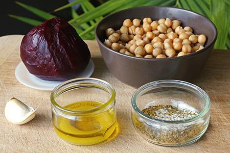 Ingrédients pour le houmous à la betterave.